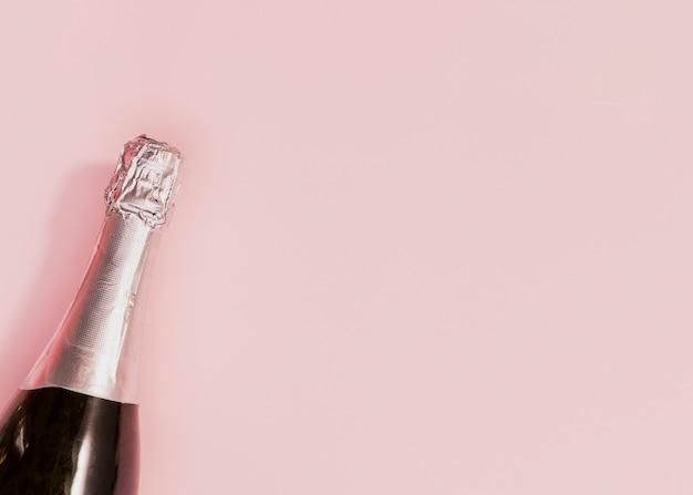 新しい年に開かれていないシャンパンのボトル