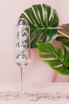 Бокал для шампанского с блеском и монстера