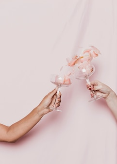 新年会で乾杯するグラスいっぱいの花びら