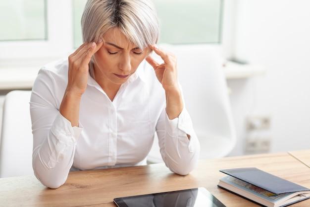 高角ビジネス女性の心配