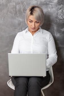 Вид спереди женщина работает на ноутбуке