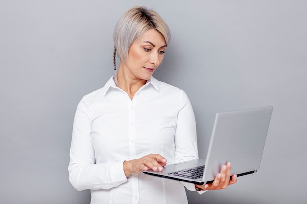 ノートパソコンを探している女性の正面図