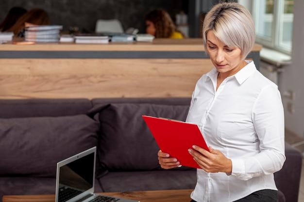 Высокий угол бизнес женщина смотрит в буфер обмена