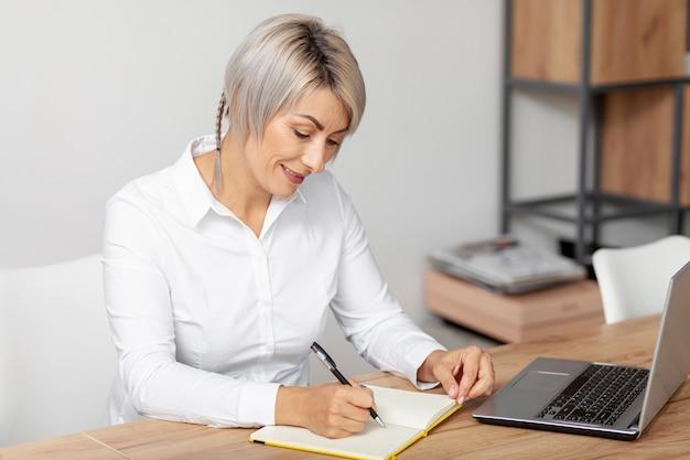 Высокий угол женского письма в повестке дня