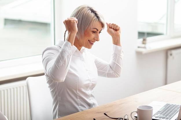 ビジネスの女性を祝う成功