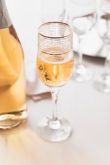 アルコール飲料のクローズアップガラス