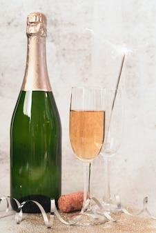 Бутылка шампанского крупным планом с бокалами
