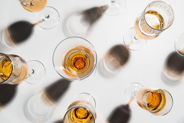 Вид сверху игристых бокалов для шампанского