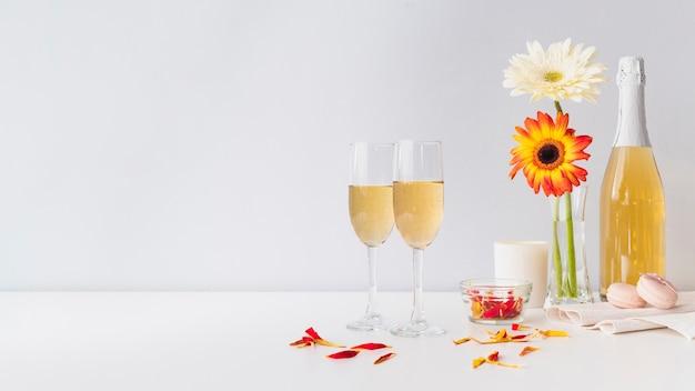 テーブルの上に花とシャンパングラス