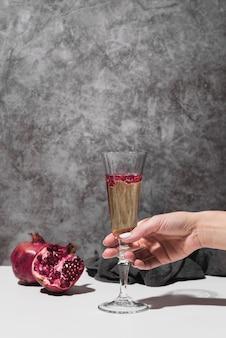 シャンパングラスを持っている手