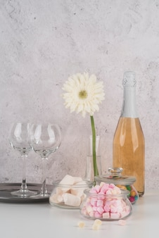 テーブルの上のマシュマロとシャンパンのボトル