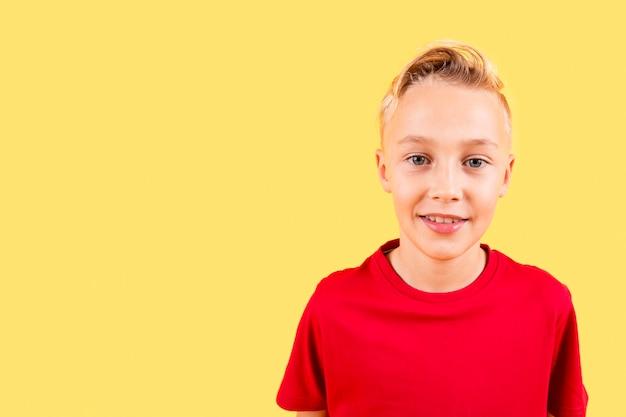 コピースペースを持つ少年の肖像画