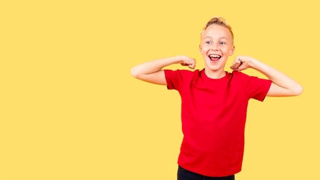 フロントビュー幸せな若い男の子の肖像画