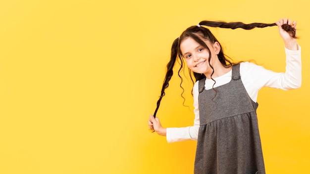 彼女のおさげ髪コピースペースを保持している女の子