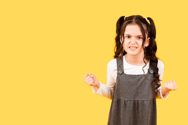 コピースペースの小さな女の子怒っているポーズ
