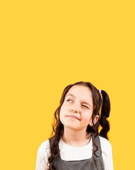 おさげ髪型ポーズを持つ少女