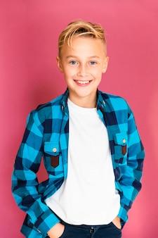 肖像画の若いとスマイリー少年カジュアルな服を着て