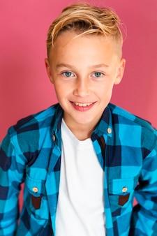 Высокий угол портрет улыбающегося мальчика