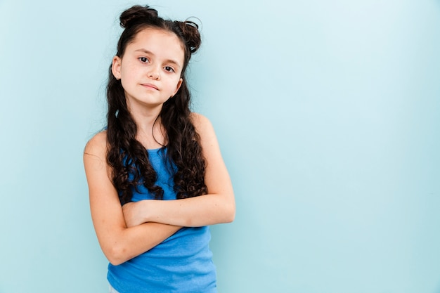 Портрет молодой девушки на синем фоне