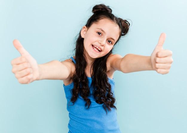 Девушка вид спереди показывает знак ок обеими руками