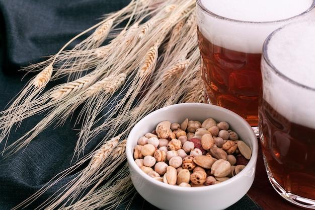 ボウルにスナック盛り合わせとビールのグラス