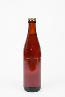 白い背景の上の正面ビール瓶