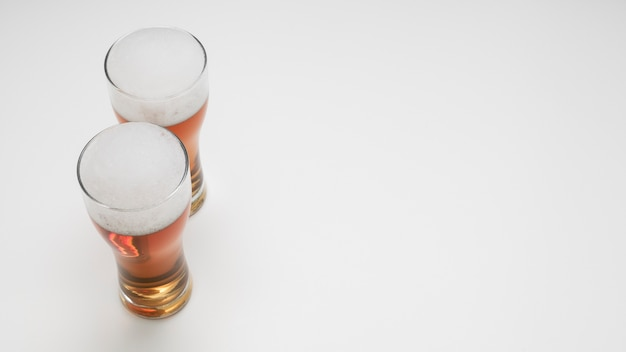 コピースペースとビールのグラスのカップル