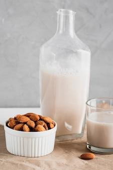 ボトルとグラスにアーモンドミルク