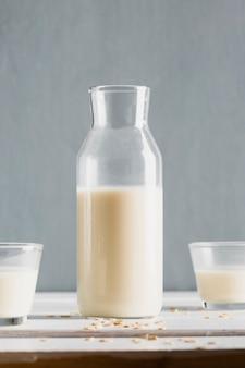 テーブルの上のグラスと牛乳瓶