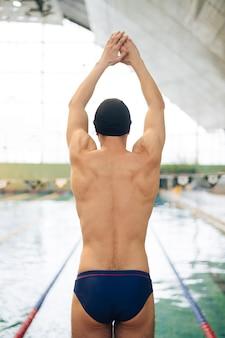 泳ぐ準備ができている位置で正面男