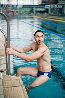 水泳トレーニングを終えた高角度の男