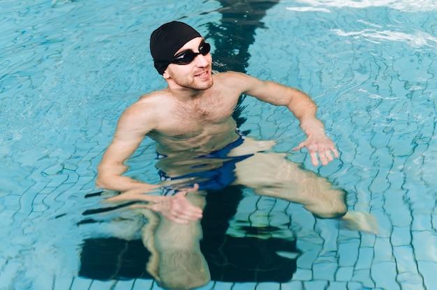 水泳用具を持つ高角度の男