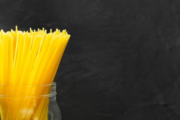 Крупный план спагетти в банке