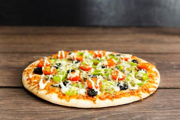 Круглая итальянская пицца с начинкой