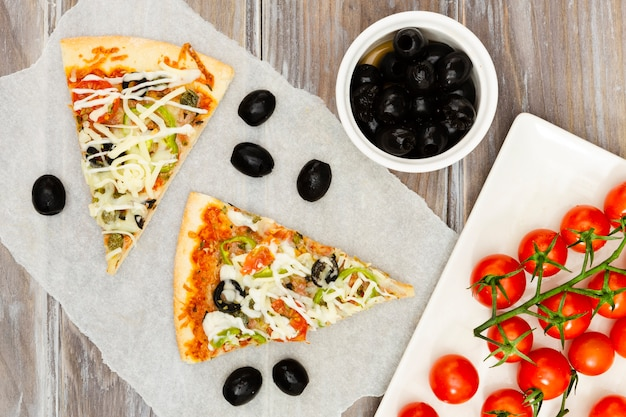 オリーブとピザのスライス