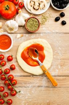 Рулетное тесто с томатным соусом