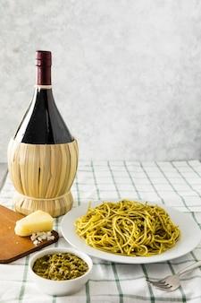 ワインのボトルとイタリアのパスタプレート