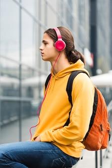 ヘッドフォンで若い旅行者の肖像