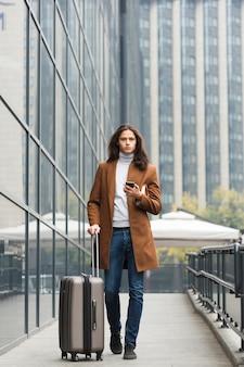 荷物を持つ若い男の肖像