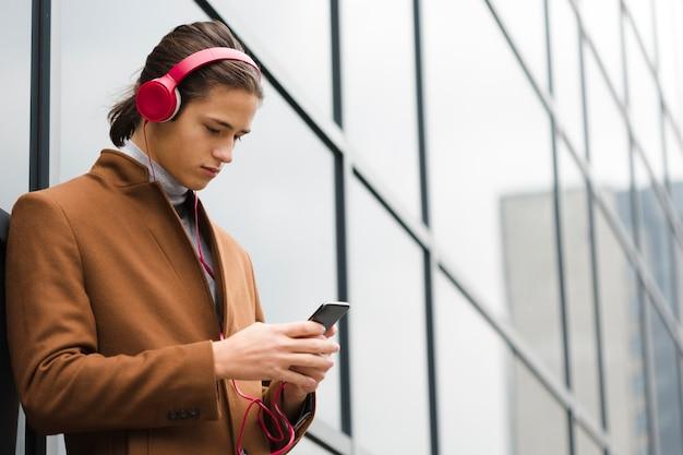 音楽を聴く若い男性をクローズアップ