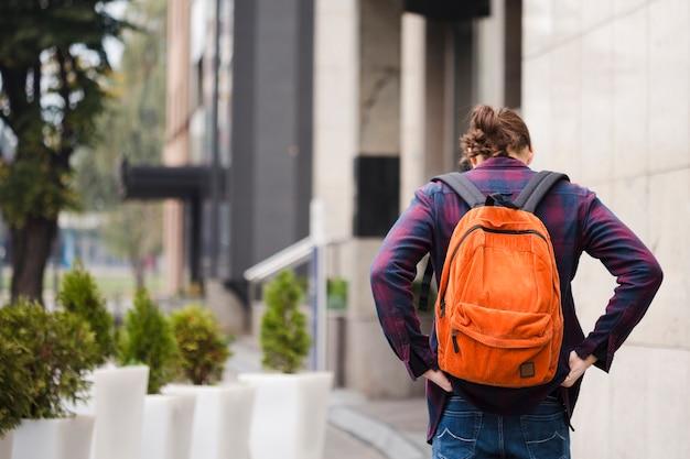 Вид сзади путешественник с рюкзаком