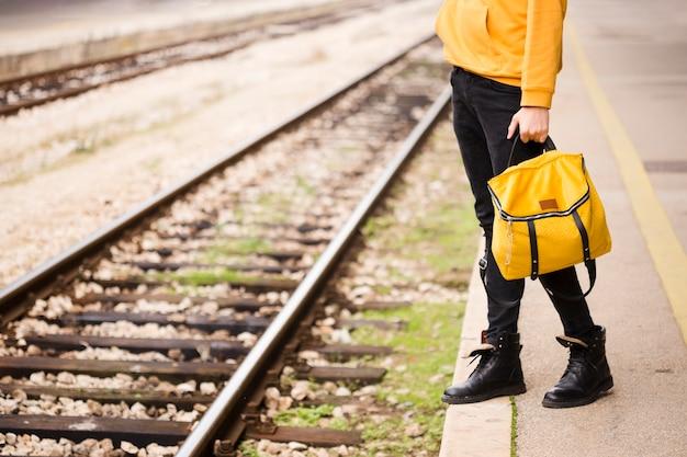 Стильный путешественник на железнодорожной станции