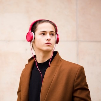 ヘッドフォンでクローズアップハンサムな若い男
