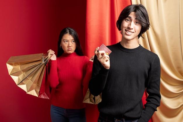 中国の旧正月のための男とポーズの面白くない女性