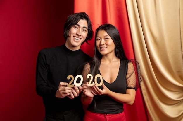 新年のサインでポーズをとるモデル