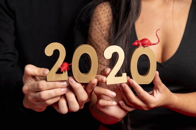新年のサインとラットの置物のクローズアップ