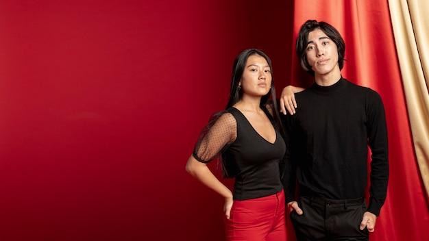 新しい中国の年のポーズカジュアルなカップル