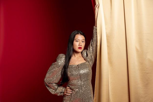 深刻な女性が中国の旧正月のポーズ