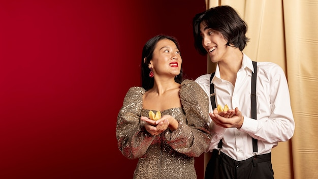 新しい中国の年のためにお互いを見てスマイリーカップル