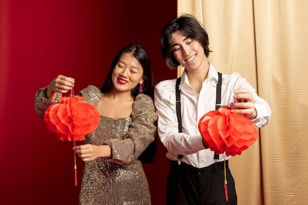 中国の旧正月でランタンを保持しているカップル